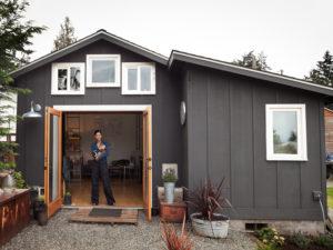 空きガレージを改修し、女性の手で作り上げたDIYガレージハウス「Mini House」